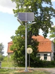 Lampa wyposażona w dwie oprawy oświetleniowe z panelami fotowoltaicznymi i siłownia wiatrową
