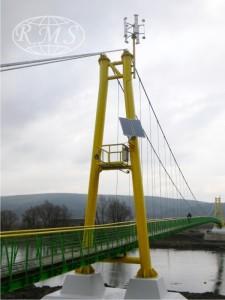 Hybrydowy system zasilania - oświetlenie kładki nad rzeką.